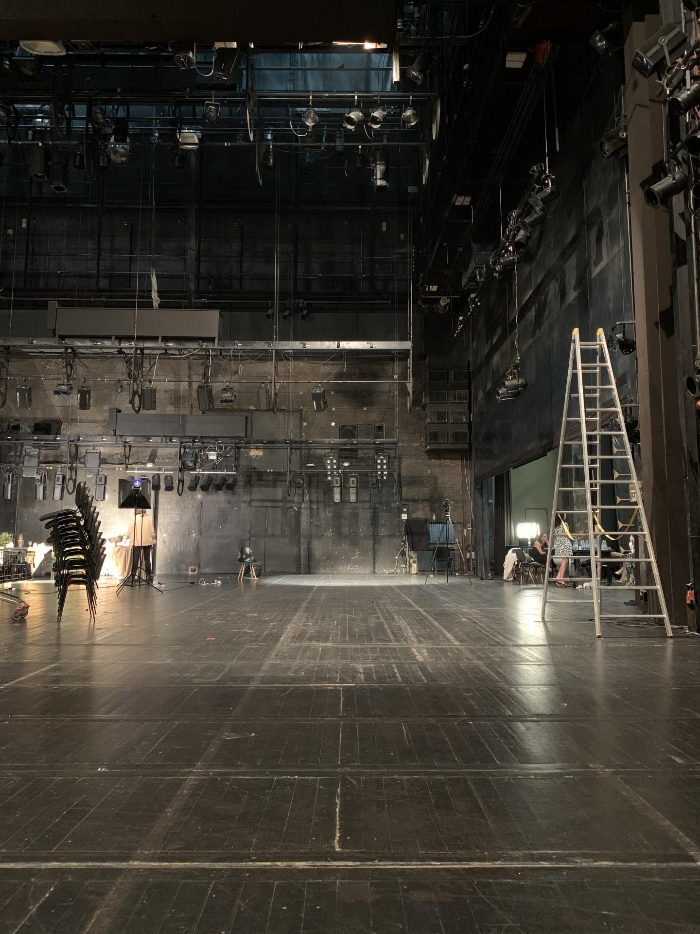 backstage-01